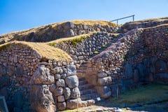 在SAQSAYWAMAN的印加人墙壁,秘鲁,南美。多角形石工的例子。著名32个角度石头 库存图片