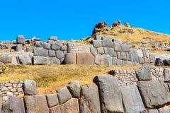 在SAQSAYWAMAN的印加人墙壁,秘鲁,南美。多角形石工的例子。著名32个角度石头 免版税库存图片
