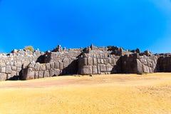 在SAQSAYWAMAN的印加人墙壁,秘鲁,南美。多角形石工的例子。著名32个角度石头 免版税图库摄影