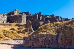在SAQSAYWAMAN的印加人墙壁,秘鲁,南美。多角形石工的例子。著名32个角度石头 免版税库存照片