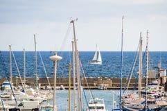 在sardegna海岛上的港口乘快艇小船和渔船在意大利 免版税库存图片