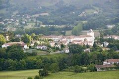 在Sare,法国在西班牙法国边界的巴斯克地区,赞成Labourd的一个小山顶17世纪村庄前面的农田 库存图片