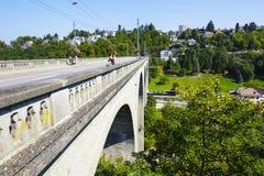 在Sarine河,弗里堡的Zaehringen桥梁 库存照片