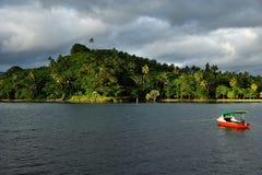 在Savusavu港口,瓦努阿岛海岛,斐济的五颜六色的小船 免版税库存图片
