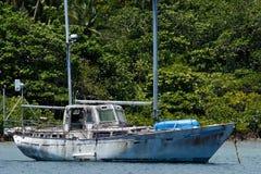 在Savusavu港口,瓦努阿岛海岛,斐济的老风船 免版税库存照片