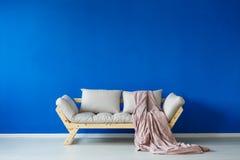 在scandi内部的现代长沙发 免版税库存照片