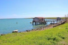 在Scardovari海湾的渔小屋,在自然保护Delta del Po二威尼托 意大利 免版税图库摄影