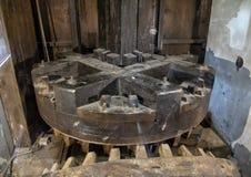 在Schermerhorn博物馆磨房里面的大木齿轮,Stompetoren,荷兰 库存照片