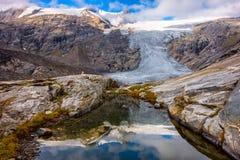 在Schlatenkees冰川前的小神奇的湖 免版税库存图片