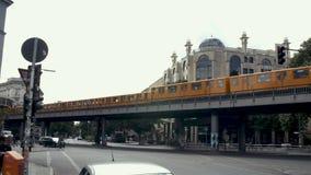 在Schlesisches突岩驻地和繁忙的柏林街的两列地铁火车U-Bahn 股票视频