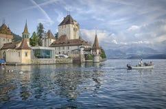 在Schloss Oberhofen上午Thunersee的看法 库存照片