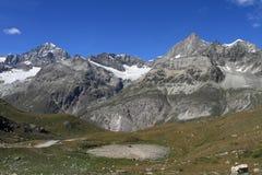 在Schwarzsee湖附近的山风景 库存照片