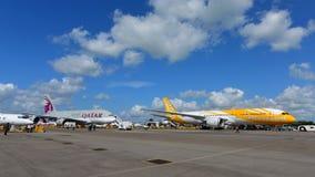 在Scoot波音787 Dreamliner后的卡塔尔航空空中客车A380超级庞然大物在新加坡Airshow 免版税库存图片
