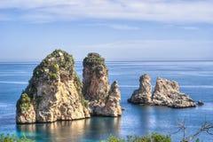 在Scopello,西西里岛的Faraglioni 图库摄影