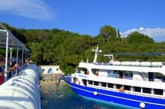 在Scorpios海滩的两条巡航小船 库存图片