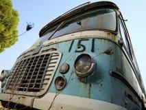 在scrapyard的老公共汽车 免版税库存图片