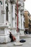 在Scuola Grande di圣Rocco附近的街道音乐家 图库摄影