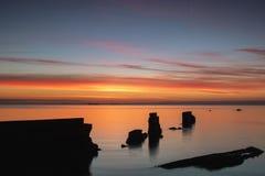 在Seafield,在日出的Kirkcaldy的防波堤 库存照片