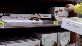 在Sears的妇女买的巧克力 影视素材