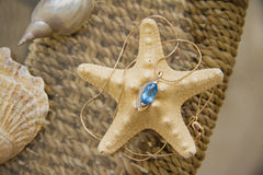 在seastar的蓝色黄玉在桌上 免版税库存照片