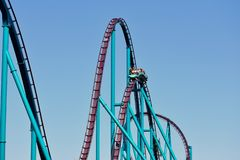 在Seaworld 车手有乐趣手在鲨鱼过山车在Seaworld海洋主题乐园 免版税库存照片