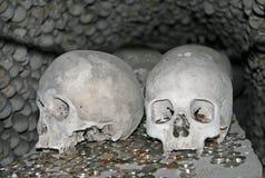 在Sedlec藏有古代遗骨的洞穴, Kostnice公墓的人的骨头 库存图片