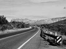 在Sedona亚利桑那BW附近的红色岩石 库存照片