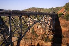 在Sedona红色岩石的老金属桥梁  库存图片