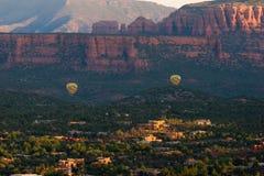 在Sedona,亚利桑那的两个热空气气球 免版税库存图片
