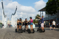 在Segway游览中的F游人在口岸Vell 巴塞罗那 库存图片
