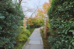 在Seiryuden日本人寺庙的一条绿色植物路 免版税库存图片