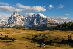 在Seiser Alm的秋天日落有在Sassolungo的看法白云岩的在意大利 免版税库存照片