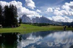 在Seiser Alm的水反射在意大利白云岩 免版税库存照片