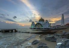 在Selat Melaka清真寺的美好的日落 库存照片