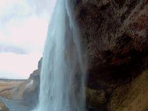 在seljalandsfoss瀑布后帷幕,冰岛 库存照片