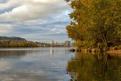 在Sellwood河边区公园的秋天颜色 图库摄影