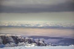 在Semenic山罗马尼亚的冬天不可思议的场面 库存照片