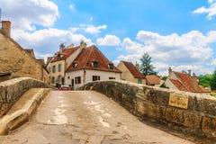 在Semur en跨接Pinard Auxois美丽如画的中世纪镇  库存图片