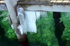 在Seneca湖的冰冷的绿色港口水 库存图片