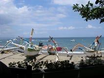 在Senggigi的渔船靠岸,龙目岛海岛,印度尼西亚 免版税图库摄影