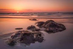 在Sennen小海湾的平静的日落 库存图片
