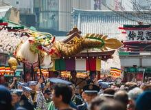 在Senso籍寺庙的金黄龙舞蹈 免版税库存图片