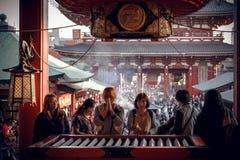 在Senso籍寺庙,浅草,东京,日本的祷告 图库摄影