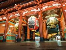 在Sensoji寺庙前面的大灯笼在东京 库存照片