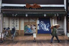 在Sensoji寺庙,东京附近的纪念品店 免版税库存照片