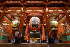 在Sensoji寺庙,日本的一盏大红色灯 亦称寺庙 库存图片