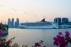 在Sentosa海岛,新加坡附近的游轮 库存照片