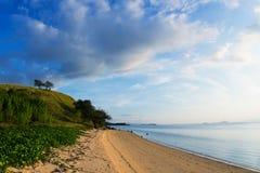 在Seraya海岛上的偏僻的私有海滩在弗洛勒斯,印度尼西亚附近 免版税库存照片