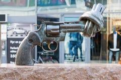 在Sergelgatan的古铜色非雕象暴力在斯德哥尔摩 库存图片