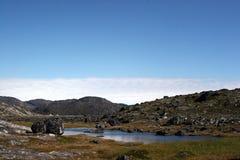 在sermermiut附近的ilul湖向谷扔石头 免版税库存照片